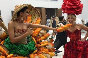 H'Hen Niê suýt rơi thúng bánh mì trên váy khi diễn trang phục dân tộc