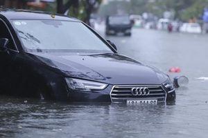 Loạt xe sang ngập nước ở Đà Nẵng: 'Bỏ đi rồi!'