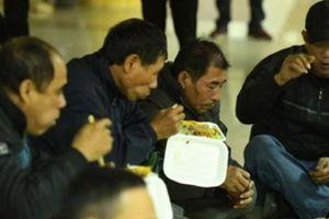 Chờ cả ngày không mua được vé, nhiều người mua cơm về trụ sở VFF vừa ăn vừa đợi