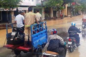 Xe ba bánh chở dân 'rẽ sóng' mưu sinh trong mưa lũ ở Bình Định