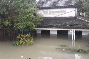 Quảng Nam lại mưa to, bộ đội giúp dân đi lánh nạn