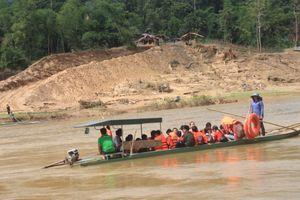 Học sinh đáp đò ngang vượt sông Mã tới trường