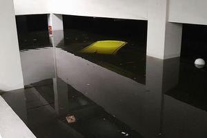 Mưa to Đà Nẵng biến siêu xe trôi như 'tàu ngầm', tầng hầm như hồ bơi
