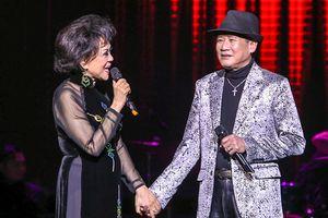 Tuấn Vũ - Giao Linh nắm tay hát 'Sầu tím thiệp hồng'