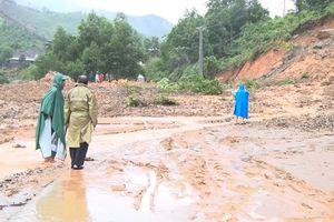 Quảng Ngãi: Nhiều tuyến đường ở các huyện miền núi bị sạt lở nghiêm trọng