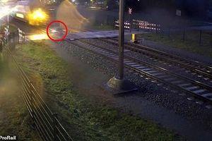 Suýt chết vì đạp xe băng qua trước mũi tàu hỏa