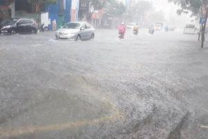 Mưa trắng trời, phố Đà Nẵng lại thành sông