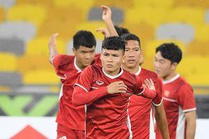 Đội tuyển Việt Nam đội mưa tập luyện chờ đấu Malaysia