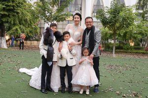 Hoa hậu Hà Kiều Anh diện đầm lộng lẫy, cùng 3 con tỏa sáng trên sàn diễn ngoài trời