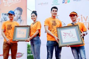 Hoa hậu Dy Khả Hân mua bức tranh Thiện góp tấm lòng vào quỹ