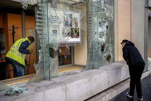 Lợi dụng bạo loạn tại Pháp, nhiều người đập phá Apple Store để lấy iPhone, iPad và Macbook