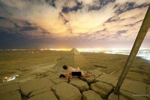 Cặp đôi khỏa thân, ôm nhau chụp ảnh trên kim tự tháp Ai Cập gây phẫn nộ