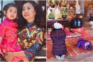 Xúc động trước hình ảnh con gái Mai Phương cúi gập người trước Đức Phật xin cho mẹ qua khỏi căn bệnh ung thư