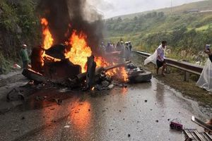 Xe container đâm vào vách núi bốc cháy, tài xế bị thương