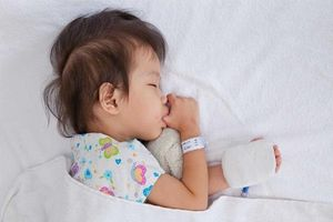 Kỹ thuật lau mát hạ sốt cho trẻ tại nhà cha mẹ nào cũng nên biết