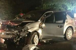 Bình Dương: Hai ô tô đấu đầu nát vụn, 3 người nguy kịch