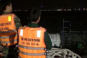 Cứu 8 ngư dân chìm trên biển