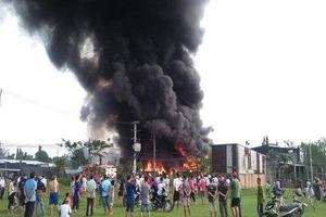 Cháy dữ dội ở xưởng keo, phế liệu ở vùng ven Sài Gòn