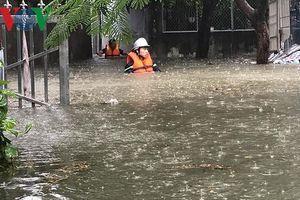 Quên đói rét, dầm nước cứu người trong trận mưa lịch sử ở Đà Nẵng