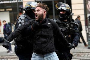 Biểu tình bạo loạn ở Pháp: Châu Âu 'đứng ngồi không yên'