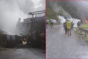 Xe container đâm vào vách núi bốc cháy ngùn ngụt, Quốc lộ 4D Lai Châu ùn tắc