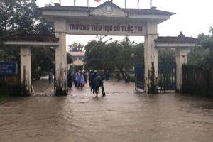 Mưa lũ hoành hành ở Huế: Một người mất tích, hàng nghìn học sinh phải nghỉ học