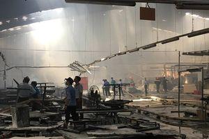 Cháy công ty gỗ ở Bình Dương, hàng trăm công nhân tháo chạy