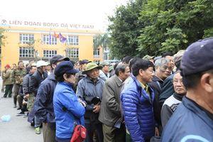Thương binh xếp hàng mua vé xem trận lượt về Việt Nam - Malaysia