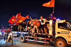Cảnh sát mang súng đạn cao su, xuyên đêm chung kết AFF chống đua xe