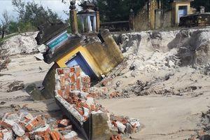 Gần 20 ngôi mộ bị nước lũ cuốn trôi hoàn toàn