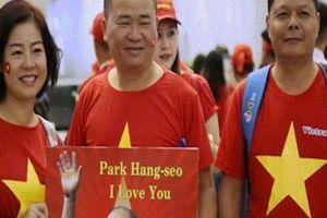 'Tiếp lửa' chung kết AFF Cup: Sân bay rực sắc đỏ, fan mang băng rôn 'Park Hang Seo - Em yêu Chú'