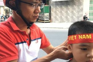 Dân phố biển Nha Trang đổ xô mua áo, cờ Tổ Quốc cổ vũ Việt Nam