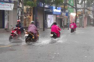 Bất thường TP.HCM mưa như trút nước ngay giữa sáng mùa đông