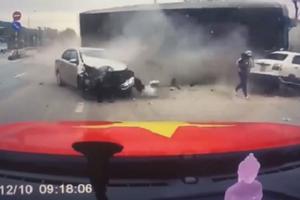 Vụ 2 bà cháu thoát chết thần kỳ trước đầu container: Chiếc xe lao như tên bắn sang đường