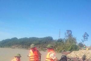 Hà Tĩnh: Lộng hành trong đêm, một tàu hút cát trái phép bị bắt giữ