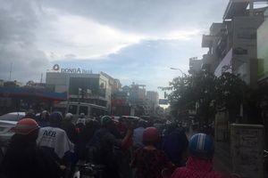 Người Sài Gòn 'gánh' mưa lớn sáng sớm, nghĩ về 'bão bàn thắng' của tuyển Việt Nam