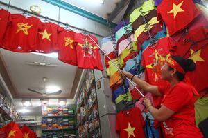 Chung kết AFF Cup Việt Nam - Malaysia: Bán cả ngàn lá cờ đỏ, băng rôn 'cháy hàng'