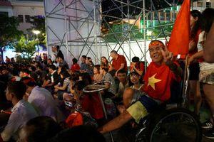 Người Việt Nam vỡ òa khi đội tuyển ghi bàn trước Malaysia