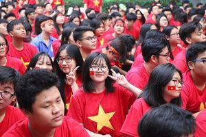 Học sinh TPHCM mặc áo cờ đỏ sao vàng đi học cổ vũ đội tuyển Việt Nam