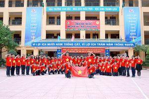 Thầy và trò Trường trung học cơ sở Thành Công cổ vũ đội tuyển Việt Nam