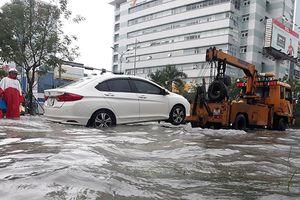 Bảo hiểm, cứu hộ chạy hết công suất cứu ô tô 'đuối' ở Đà Nẵng