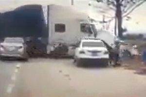 Xe container 'trèo' dải phân cách, đâm nát taxi ở Quảng Ninh