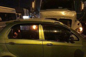 TP.HCM: Ô tô 4 chỗ bị container đẩy đi hàng chục mét, người ngồi trên xe la hét kêu cứu