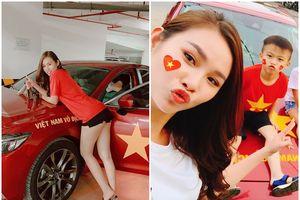 Á hậu 'siêu vòng 3' trang trí siêu xe, mặc quần Jean 5 cm 'nham nhở' cổ vũ Việt Nam