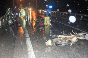 Tin tức tai nạn giao thông mới nhất hôm nay (11/12): Xe ôtô tông hàng loạt xe máy khiến 3 người bị thương rồi bỏ chạy