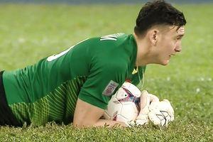 Chung kết AFF Cup 2018: Văn Lâm đeo dây chuyền vi phạm luật thi đấu, có thể nhận án phạt?