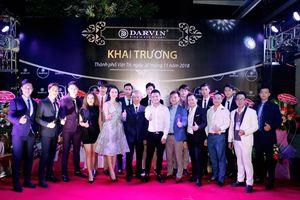 Ca sỹ Khắc Việt nổi bật bên dàn siêu mẫu trong show thời trang Darvin