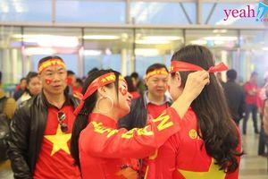 Hình ảnh cổ động viên Việt Nam 'nhuộm đỏ' sân bay sang Malaysia 'tiếp sức' cho đội nhà trong trận chung kết AFF Cup 2018