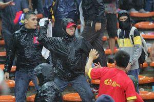 Vừa đặt chân xuống sân bay Kuala Lumpur CĐV Việt Nam đã bị đuổi đánh?