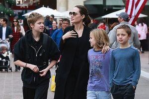 Angelina Jolie hào hứng đưa các con đi mua sắm sau phán quyết của tòa